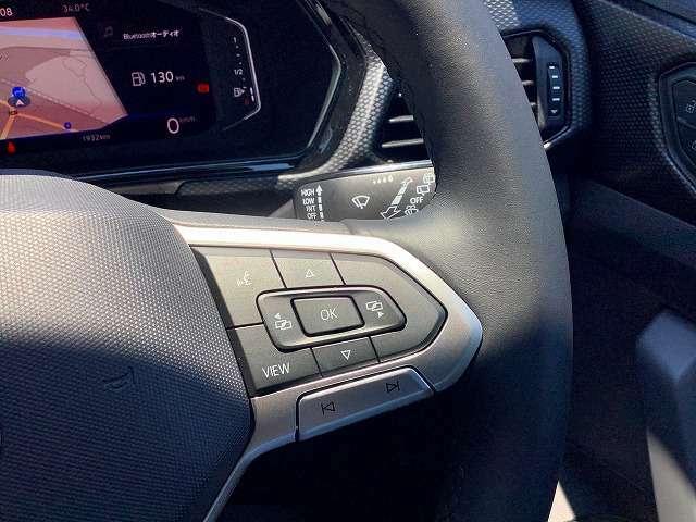 ステアリングスイッチ右側。メーターのディスプレイ表示設定や機能などの変更ができます。