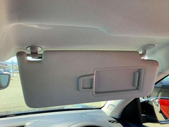 サンバイザー裏側にはメイクアップミラーをセット。照明付きなので周囲が暗くても快適に使用できます。