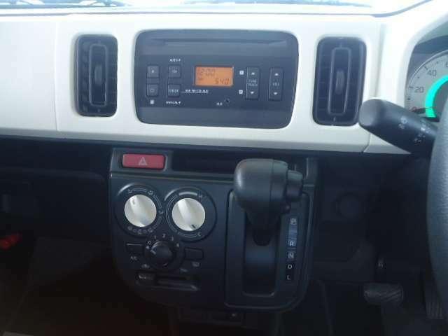 エアコンの操作パネルになります。この車のエアコンはしっかり効きます。