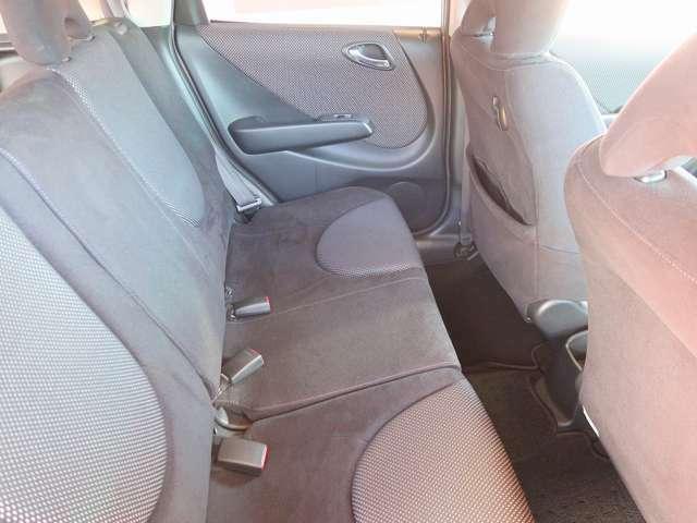 ゆったり座れるリアシート!足元スペースも広々としていて、乗り心地も良いです!シートの座り心地も良くてくつろげますよ♪