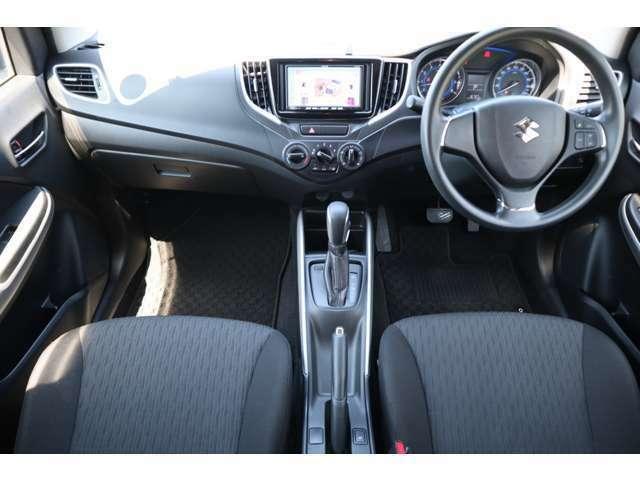 運転席・助手席は十分な広さがあります。
