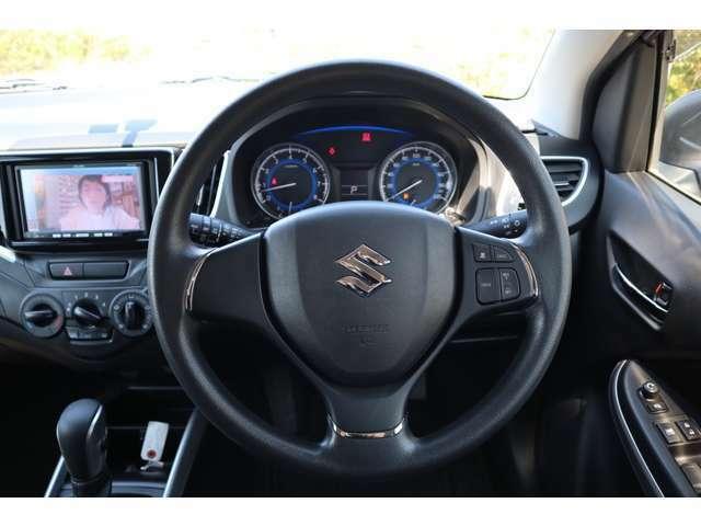 見やすく、操作しやすい運転席。