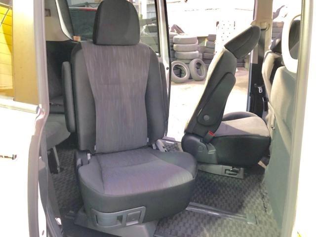 左右セカンドシートチャイルドケアモード☆チャイルドシートにお子様を乗せる場合、セカンドシートを外向きに回転させることにより、お子様の乗車およびシートベルトの着用をスムーズに行うことができます。
