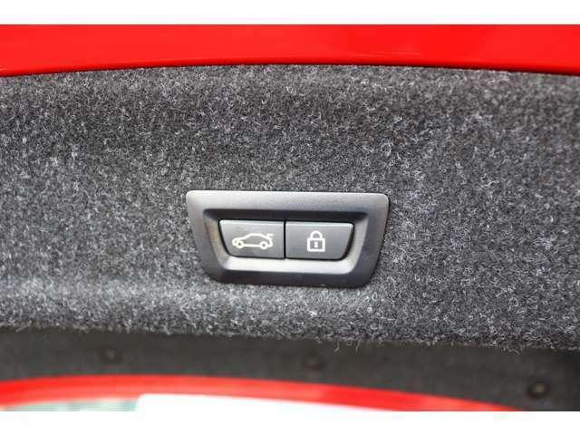 ボタン操作ひとつでトランクの開閉を可能とする電動トランクが付いております。