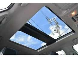 ■メーカーオプションのムーンルーフを装備しており、車内に心地いい開放感を与えてくれます。