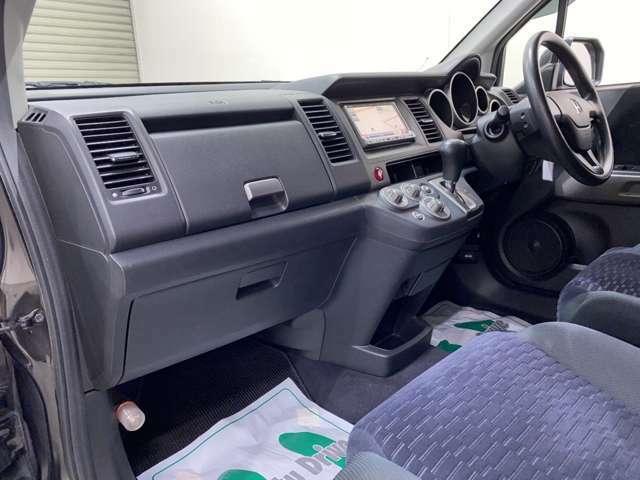 納車前にも、美装スタッフが一台一台丁寧に確認しながら、車内クリーニングを行っております。