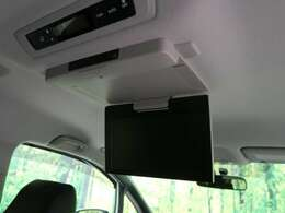 ●天井には、【純正11型フリップダウンモニター】も装備されております♪お子様など、ロングドライブでも退屈せず楽しくお過ごしいただけます。