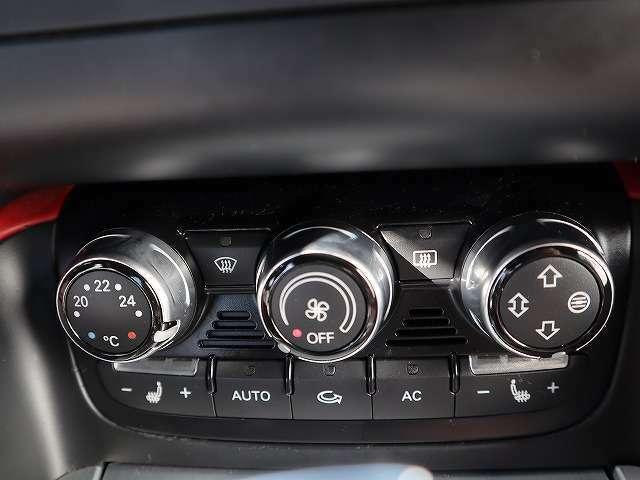 直感的に操作可能のエアコンダイヤル、前席はシートヒーター装備です。