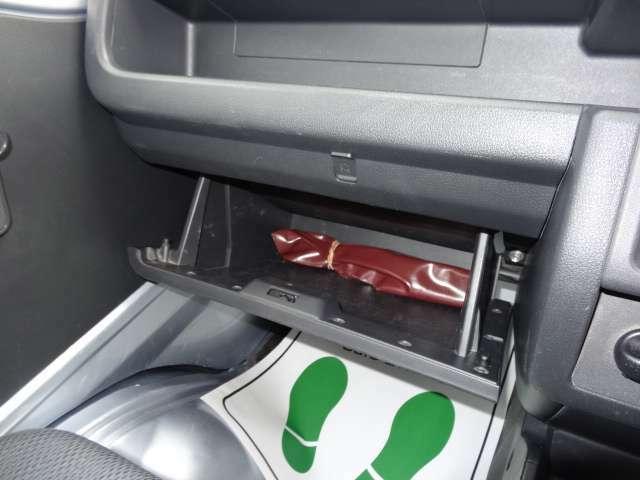 助手席足元にもグローブボックス付き。