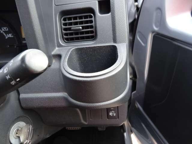 運転席横にはドリンクホルダーがあります。