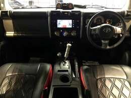 洒落なブラックインテリアにCLAZZIOのシートカバーで赤の差し色が更にお洒落な内装♪ナビは純正のSDナビ♪『高速道路で便利な【クルーズコントロール】も装着済み。ステアリングスイッチも付いております