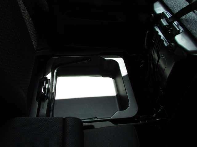 伝統の助手席シート下収納ボックス。洗車道具を入れてバケツとしても使えたり、車検証を入れてりと使い方も無限大。