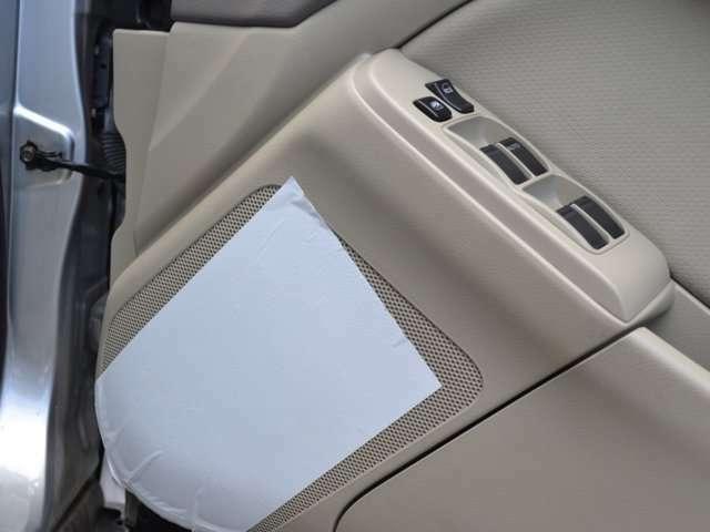 運転席スピーカーに新車時の保護フィルム付いてます。