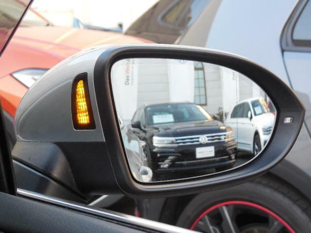 レーンチェンジアシストシステムは車両の斜め後ろ(死角)エリアに車両が走行している時にドアミラー部の専用インジケーターがオレンジ色に点灯、ウィンカーを作動させると点滅に変わり注意を喚起します。