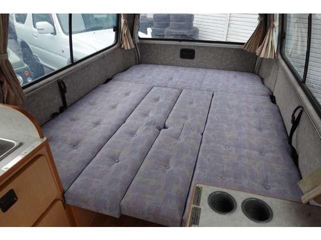 フルフラットにすると広いベッドスペースになり快適な車中泊も可能です☆
