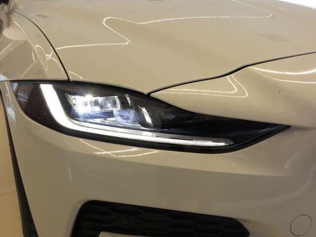 フロントフェイスを際立たせるシグネチャーデイタイムランニングライト(DRL)を備えたプレミアムLEDヘッドライト。