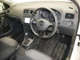 人間工学に基づき設計された運転席周りは、手を伸ばせば必要な操作を可能にする作りです。