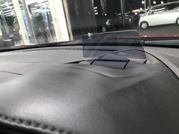 【ヘッドアップディスプレイ】速度表示やナビゲーションが表示されます!目線を大きく動かす必要がなくドライブの大きなサポートになります。