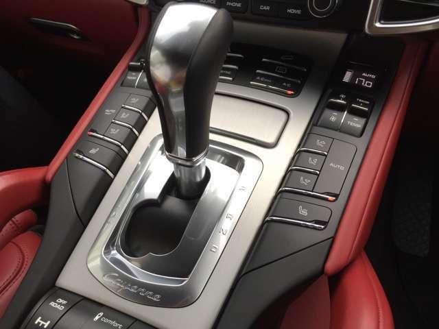 シートヒーター搭載しております。運転席、助手席もエアコンの温度調整も出来ますので、助手席にお乗りの方も快適な空間でドライブいただけます
