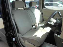 ★フロントシートです。明るいベージュ色になります。運転席には座面の上下調節が可能なハイトアジャスターが装備されております。車内にタバコ臭のような嫌な臭い等が無く綺麗状態です。