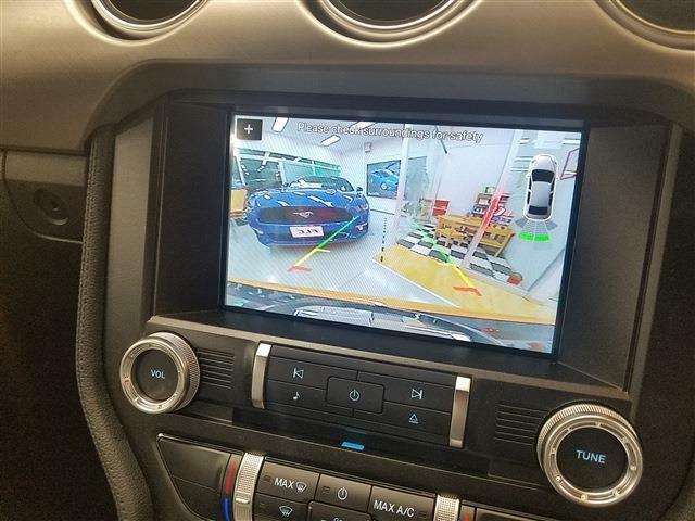 セレクターレバーをRに入れるとセンターモニターにリアビューを映します。 リアビューカメラが標準で装備されております。
