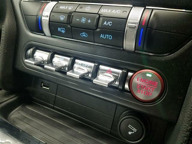 Ford パワースタートボタンも右ハンドルに合わせ運転席寄りにレイアウトされました。  ドライブモードの切り替えなどはご覧のようなトグルスイッチとなっており、航空機を思わせます。