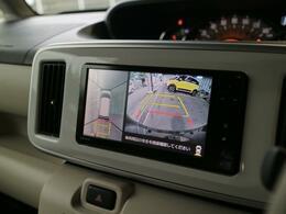 ドアミラー下部・フロントグリルにもカメラが付いています。 バックカメラと共に、駐車時に便利な上から見たような画像が映し出されるパノラマモニターに対応しています。
