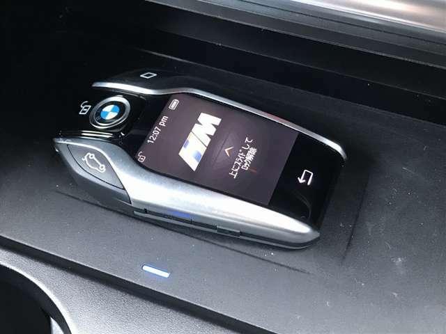 「イノベーションパッケージ」が装着されており、ディスプレイキーが付帯致します。スマートフォンのように、液晶パネル操作で、ドア・窓の操作、エアコン設定操作など様々な操作が可能です。