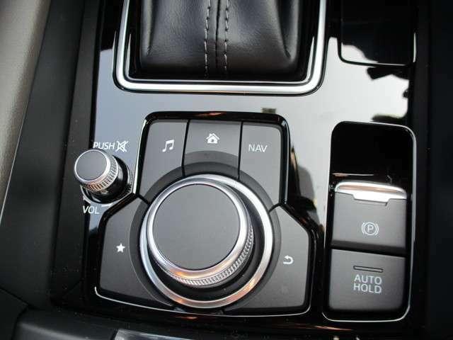 ◆ナビの操作はシンプルで使いやすく、機能を覚えやすいボタン配置で手元を見