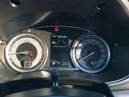 メーター&カラー液晶マルチインフォメーションディスプレイで運行状況をドライバーに正確に伝えます☆フロント・リヤのシルバー調スキットプレートが装着されよりいっそうスタイルアップ!!