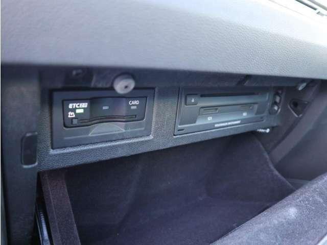 助手席前のグローブボックス内にDVD/CD、ETC車載器が収納されています。