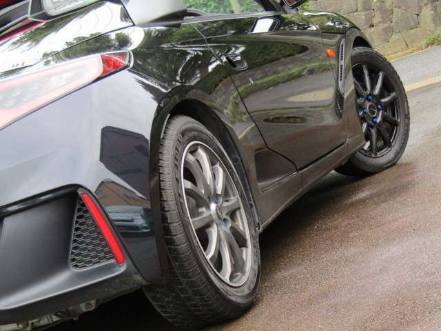 【BLITZ 車高調】 単筒式ならではの大径ピストンを採用し、減衰力の立ち遅れを抑制。しなやかな乗り心地と確かな追従性を実現。