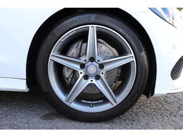 納車前整備は、メルセデスベンツ国際認定メカニックによる最新の検査ライン等の施設が充実した当社工場で入念に行います。メルセデス・ベンツの定める厳しい基準をクリアしたお車のみをご案内させて頂きます。