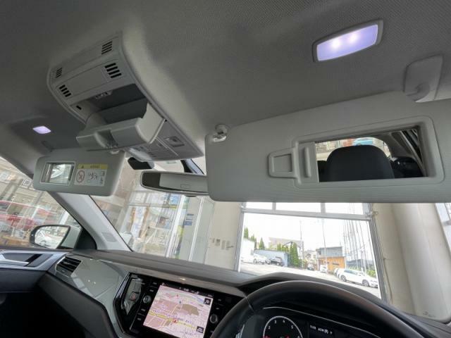 運転席、助手席にはうれしい照明付きバニティミラーを装備