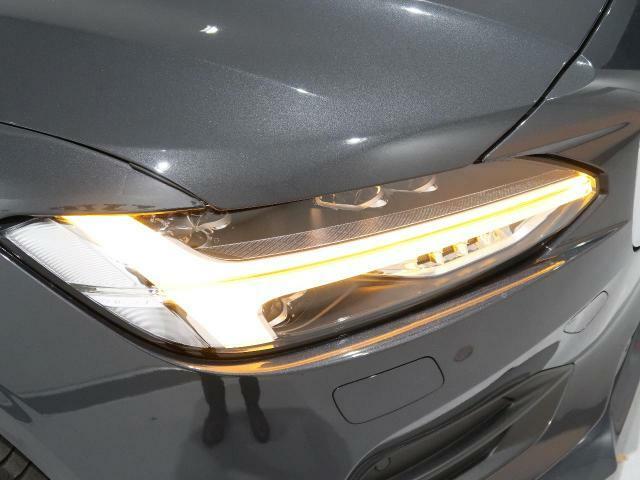 アクティブLEDヘッドライト『2017年モデルより採用されたフルLEDヘッドライト。北欧神話に登場するトールハンマーをモチーフにデザインされたまったく新しいボルボを象徴するヘッドライトです。』