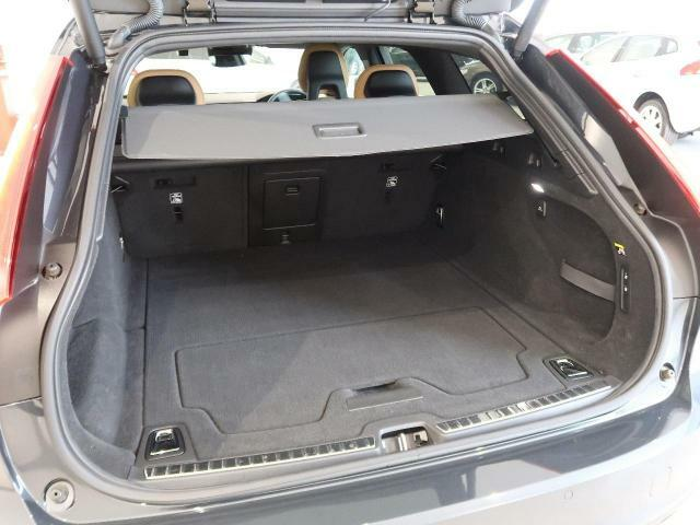 ラゲッジルームも大容量を確保しております。後部座席のシートを倒すと大きな荷物もラクラク積むことが出来ます。お買い物やアウトドアなど、あらゆるシーンで活躍してくれる使い勝手の良いモデルでございます。