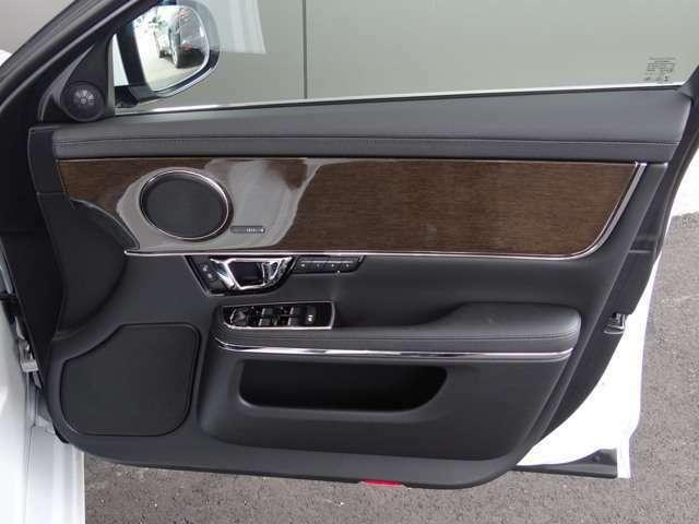 木目パネルとMeridianシステムで高級感があり、シートメモリー機能も装備されて長距離ドライブのドライバー交代時