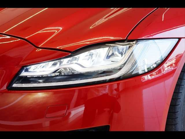 LEDシグネチャー付きアダプティブLEDヘッドランプ(269,000円)「フロントフェイスを引き立たせるLEDヘッドライト。夜間走行時にもしっかり進行方向を明るく照らします。」
