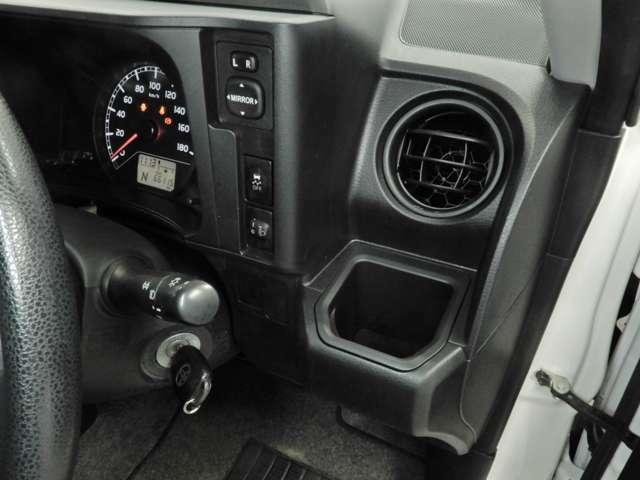 運転席上下アジャスター。最適なポジションでのドライブをお楽しみ頂けます。