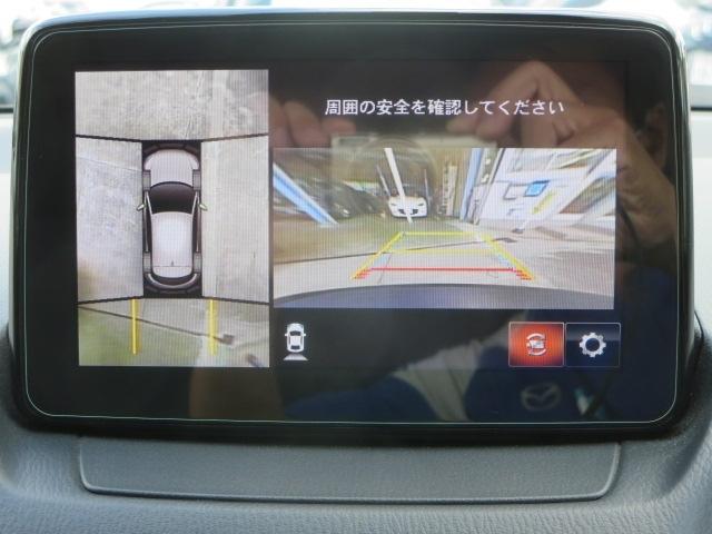 車両の前後左右に備えた計4つのカメラを活用し、車両を上方から俯瞰したようなトップビューのほか、フロントビュー、リアビュー、左右サイドビューの映像をセンターディスプレイに表示