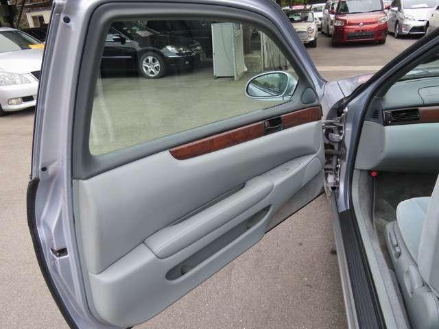 ドアの内側もこのようにきれいす。ソアラのドアはとても大きく重たいので、車が傾いているときの開閉には注意が必要ですね!