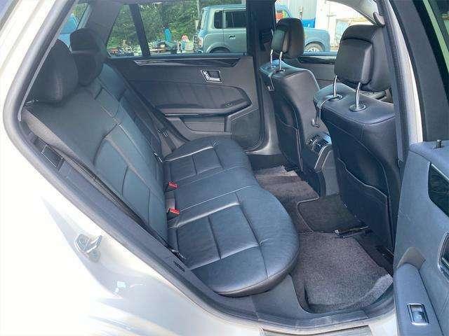 頭上や肩回りに余裕があり、広々した空間を確保してます。乗り心地良く、実用的にお使いいただけます。