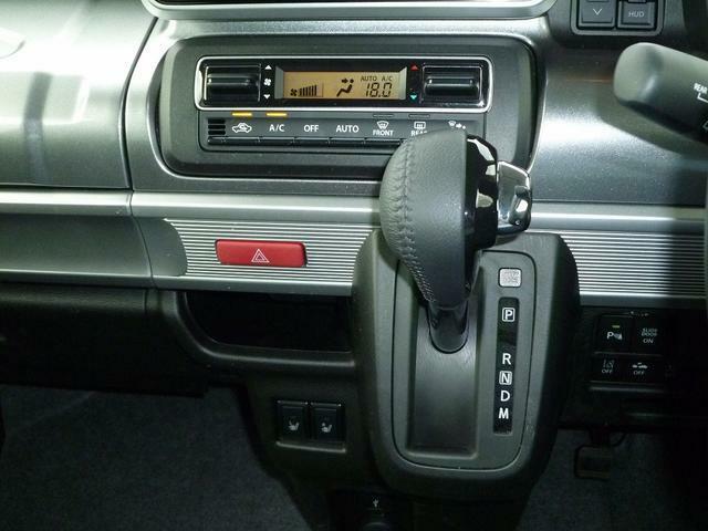 フルオートエアコン、本革巻きシフトレバーを装備。