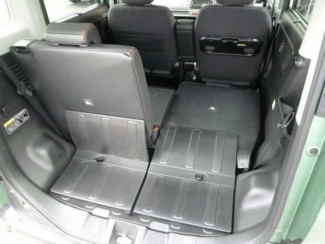 後部座席が左右独立しているので、このようなシートアレンジも可能です。