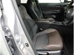 運転席は足元広くパワーシートで好きな位置に調整が出来ますよ。