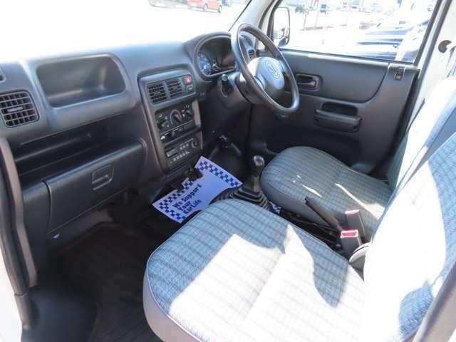 シートもブルーでおしゃれな柄ですね!!助手席側から見ても足元が広く車内ゆったりお座りいただけそうです!