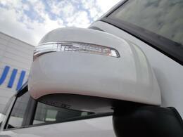 左右のドアミラーにウィンカーランプが付属し、対向車からの視認性が上がります!見た目もグッドです♪