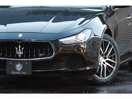 ボディの輪郭には4ドアセダンでありながら、魅力的なクーペ・スタイルの印象を確保したフォルムの車両です。エレガンントな車両です。