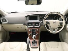 コンパクトなV40が人気のデニムブルーかつ上級グレードで入庫!メーカーOPのガラスルーフ装備でより開放感溢れるドライブを実現!本革シート、専用AW、プレミアムオーディオと充実した装備の1台です!