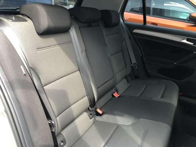 後部座席は分割して倒すことが可能。ラゲッジスペースを拡張できます。